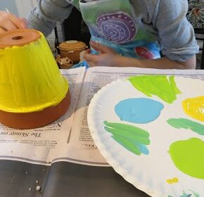 Taller de Plástica: Macetas pintadas y Tutores para plantas